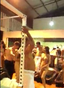 คลิบหลุดxxx ราชการไทย โดนปล่อยคลิบฉาว! ที่ฟิตเน็ตดังแถวเหม่งจ๋าย กำลังนัวเนียกับเด็กอ่างคาชุด Ro89