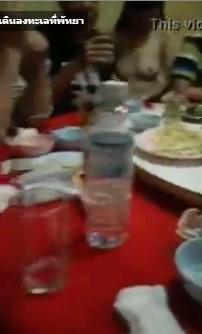 คลิปหลุดเด็กนั่งดริ้ง18+ ที่พัทยากลาง นั่งแก้ผ้าโป๊จนหมด ให้ลุกค้ากลุ่มทัวจีน ล่วงหี บีบนม ก่อนจะเข้าห้องเชือด