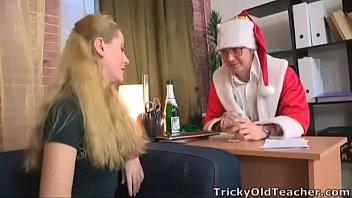 freeporn เลขาสาวโดนเจ้านายฉลองในคืนคริสต์มาส ยอมลงทุนแต่งตัวซานตาครอส เพื่อนัดเย็ดเธอโดยเฉพาะเลย 18+