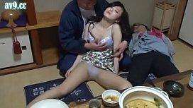 หนังAVเต็มเรื่อง หนุ่มตี๋โรคจิตวางยาสลบทั้งบ้านหวังจะเย็ดลูกสาวเพื่อน จับแหกหีถ่ายรูปเก็บไว้ หีแดงๆเย็ดตอนสลบมันตรงน่าดูแถมเย็ดบนตัวพ่อมันอีก