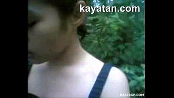 คลิป 18+เด็กไทยใจแตกแอบโดดเรียนมาเอากันกลางป่า ควยเด็กนี่มันใหญ่ไม่ใช่เล่นเสียบหีแต่ละทีสะดุ้งยันแตด เสียบมิดด้าม เย็ดสดระวังท้องกันด้วยนะ