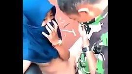 คลิปฉาวxxxเด็กมาเลโดนหนุ่มไทยใส่ชุดทหารกินตับกลางป่าอ้อยนั่งเย็ดกันบนมอเตอร์ไซด์เสียงไทยชัดเจน