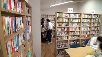 คลิปหลุดเนตรนารีญี่ปุ่น School Sex Japan โดนกลุ่มรุ่นพี่ที่โรงเรียนดังรุมโทรมเย็ดในห้องสมุด หีนักเรียนอย่างคับควยกระแทกจนหัวควยอักเสบ