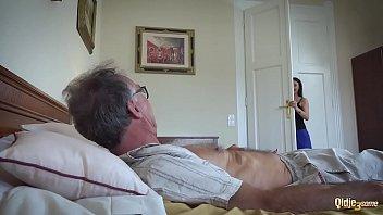หนังโป๊ฝรั่ง threesome เมียซื้อกะหรี่เด็กมาให้ผัวแก่เย็ดถึงเตียงจัดให้ทีเดียวสองรูผลัดกันขึ้นผลัดกันโม๊กควยเย็ดจนหมดแรง