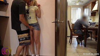 พี่น้องแอบเย็ดกัน free porn movies ยืนเย็ดกันอยู่ข้างประตูร้องครางเก็บเสียงเดี๋ยวพ่อรู้เรื่องมาขอเย็ดด้วยคน