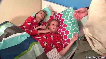 สองพี่น้องฝรั่งฝึกวิชาเล่นว่าวกับคุณพ่อ POV HD หนังโป๊ฝรั่งออนไลน์18+ ถ่ายจริงจากกล้อง คุณพ่อสายหื่นทำการบ้านกับลูกสาวทั้งสองจนหายเงี่ยน