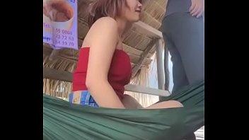 หลอกสาวพม่ามาเย็ด จะโดนเย็ดไม่รู้ตัวยังไลฟ์สดเฟสบุ๊ค แต่งตัวมาอ๋อยเต็มที่ ใส่เกาะอกเห็นร่องนม เดินเอาควยจ่อปากเย็ดในเปลผ่าน xxx facebook สะดีมั้ง