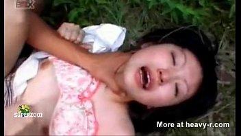 ไอ้บ้าโรคจิตลากเด็กนักเรียนญี่ปุ่นมาข่มขืนในป่าหลังโรงเรียน บังคับข่มขืนจนสำเร็จความใคร่น้ำแตกในหี เสียงครางร้อง  itai  itai ทั้งคลิป avแนวข่มขืน