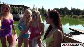 ปาร์ตี้Porn18+ หนุ่มสาวฝรั่งนัดกันมาเย็ดข้างสระน้ำ สไตล์กลางแจ้ง เปลี่ยนคู่กันเย็ดรับลมเย็ดแบบเอ้าดอร์