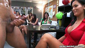 ฉลองวันเกิดให้เพื่อนสาวในอ็อฟฟิศ Birthday party sex จ้างหนุ่มบาร์โฮสซิคแพ็กแน่นๆมาให้บำเรอความสุขด้วยการอมควย