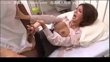 สาวจีนร้องเสียงหลง เจอคุณหมอบุกขึ้นเตียงหวังเย็ดน้ำแตก คุณหมอควยใหญ่แทงเข้าหีแต่ละทีร้องปากสั่น มันทั้งใหญ่ทั้งยาวแถมซอยแบบหนักหน่วง หนังโป๊คลีนิค