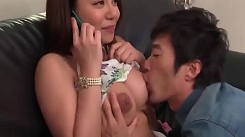 Tokyo hot เมียมีชู้กำลังเข้าได้เข้าเข็มผัวเสือกโทรมาเลยรับสายแต่ชายชู้ไม่ยอมหยุดจับกถกเสื้อในดูดนมเสียวนั่งไม่ติดเบาะ แถมดันมุดหีใช้ลิ้นกับร่องแตด เสียวครางไม่หยุด
