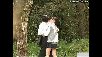 แอบถ่ายนักเรียนญี่ปุ่นเย็ดกันในสวนสาธารณะ ยืนเย็ดกันกลางวันแสกๆผู้ชายถึงกับนั่งลงไปถอดกางเกงในดึงมาไว้ที่หัวเข่าแล้วมุดไปเลียหีตรงชายกระโปรง เลียให้แตกกินน้ำเมือกคาวๆลงคอ