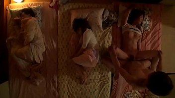 JAV HDหนังโป๊ญี่ปุ่นไม่เซ็นเซอร์ พี่เขยสุดจังไรแอบลักหลับน้องสาวคนเล็กตอนพี่ทั้งสองนอนหลับ เย็ดกันเสียงสนั่นจนน้องสาวคนกลางนอนช่วยตัวเองระหว่างพี่เขยเย็ดน้องสาวคนเล็ก