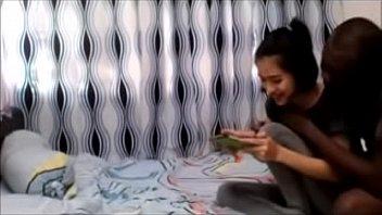 เปิดคลิปวิดิโอโป้น้องม่านฟ้า สาวไทยผมติ่งหูในตำนานที่โดนเปิดวาร์ป คลิบมีเพศสัมพันบนสะพานลอย Thai18+ ล่าสุดได้ผัวใหม่เป็นต่างชาติตัวดำชาวนิโกรก็ไม่แคล้วโดนตั้งกล้องตอนที่เธอโดนสอนการบ้านคาเตียง