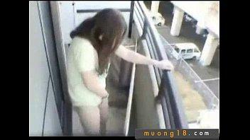 คลิปเด็ดจากกล้องวงจรปิด จับภาพสาวน้อยกำลังถูหี บีบนม เจ้าของหอเอามาปล่อยเตือนคนชอบเล่นเสียว