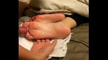 เห็นเท้าน้องนุ่มดี พี่เลยขอเอาควยมาถู น้ำแตกใส่หีก็ไม่สะใจเท่าแตกใส่ตีน น้ำควยขาวๆเยิ้มตีน