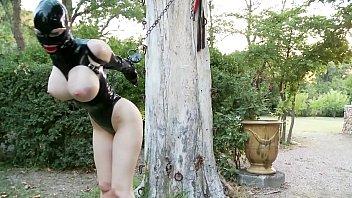 ถูกใจสาย Hardcore จับใส่ชุดยาง แล้วมัดกับต้นไม้ เจอMaster สุดเงี่ยนใสชุดยางมาให้อมควย งานนี้น้ำแตกตั้งแต่ยังไม่เย็ด