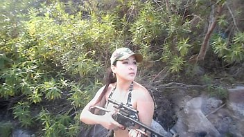 หนังโป้ทหารหญิง Hunter xxx ออกล่าสัตว์แต่เกิดเงี่ยน แวะเบ็ดหีสักหน่อย นิ้วแหย่หีกลางป่า เล่นเสียวบนโขดหิน ได้น้ำแตกข้างลำธาร