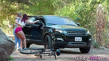 ชวนเพื่อนมาปั่นจักรยาน ที่ไหนได้หลอกมาเย็ด lesbian climaxes สาวเลสเบี้ยนยอมให้เย็ดแล้วต้องให้เบ็ดหี กระดิกนิ้วอยู่ในรูไม่หยุด