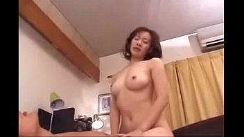 แม่จ๋าลูกเงี่ยน Japan Porn ลูกชายเล่นหนังโป๊กับแม่ เย็ดในบ้านตอนพ่อไม่อยู่ จับเลียหีเบิร์นดูดจนแตดแดง เย็ดมันจนลืมควยผัว