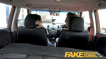 Fake Taxi ขับรถอูเบอร์รับผู้โดยสาร เจอสาวกำลังเงี่ยนเลยจัดให้สะหน่อย นั่งขย่มหีบนเบาะจนควยแทงเข้าไปมิด เย็ดในรถโคตรมัน
