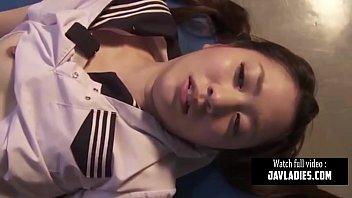 Japanese Kapook เพื่อนสนิทหลอกมาเย็ดในห้องเรียน ผลัดกันมาแทงหีแบบ Threesome กระเด้าคาชุดนักเรียน กำลังดังในเน็ต