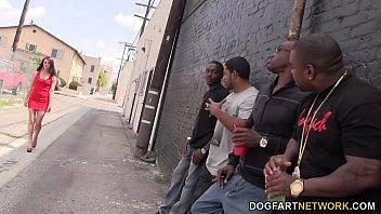 ช่องวิดีโอโป๊เอชดี Porn สี่หนุ่มนิโกรยืนดักรอกะหรี่รับงาน จ้างมาลงแขกที่บ้าน โดนเย็ดหีบานเดินเซไปขายหีต่อ