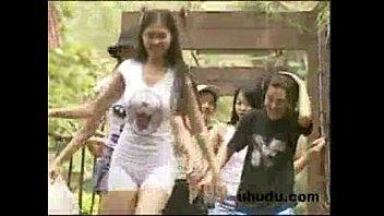 หนังโป๊ไทยในตำนาน วัยรุ่นเที่ยวป่าเห็นบรรยากาศดีเย็ดหีเพื่อนสะเลย รุมเย็ดมันส์มากนอนอ้าหีในน้ำตกโดนลงแขกกลางป่า