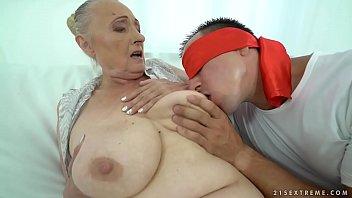 หนังอาร์รุ่นใหญ่ คุณยายรัสเซียเจอกับหลานวัยกำลังเงี่ยนเย็ด เย็ดสดคุณยาย xxxแอบมาเย็ดหีกันตอนเช้า