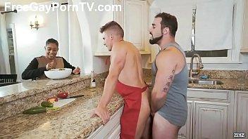 18+โป๊ล้านวิว เสิร์ฟมื้อเช้าด้วยควยร้อนๆ Gay XXXหุ่นล่ำยืนเย็ดโชว์เพื่อนในครัว เห็นตูดโดนควยเสียบจ้องกระเด้าแล้วล่ะ