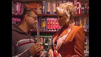 หนังโป๊ดูฟรี กระหน่ำเย็ดโหดดาวXเยอรมันในร้านเซ็กส์ทอย คุยกันถูกคอกับเซล์ลขายควยปลอมเลยลองวิชาเอาควยพ่อค้าเย็ดก่อนตัดสินใจชื้อ18+
