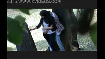 คลิป18+ ล่อหีกลางวันแสกๆ สาวมุสลิมมาเย็ดกับแฟน เลยถ่ายเอาไว้ปล่อยในRo89 พิงต้นไม้กระเด้ายิกๆ