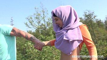 Porn หนังโป้อิสลาม สาวแขกโดนพามาเย็ดบนที่สูง ติดใจวิวตอนกำลังเสียวหี นั่งโยกควยกันกลางแดด