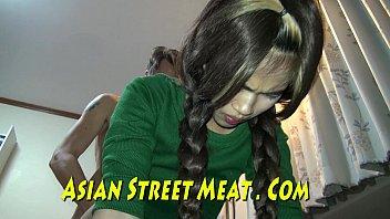 หนังโป๊หี สาวสิงคโปร์ขายตัวเย็ดกับฝรั่งหาเงินเล่นคาซิโน Asian Street Meat ทนเจ็บหีด้วยท่าหมาถึงกับยืนเกร็งเพราะควยฝรั่งใหญ่มาก