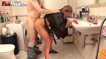 หนังโป๊เยอรมัน Full HD ยืนโยกหีในห้องน้ำ เย็ดคาชุด กระแทกโหนกหีสาวนมใหญ่