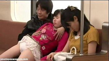คลิปโป๊ญี่ปุ่น JAV โดนพ่อเลี้ยงขืนใจแบบลักหลับบนรถไฟฟ้าตอนกลับบ้าน นั่งล้วงหีจนน้ำแฉะ ถึงเอาควยสอดรูหีแล้วเย็ดจนหนำใจ
