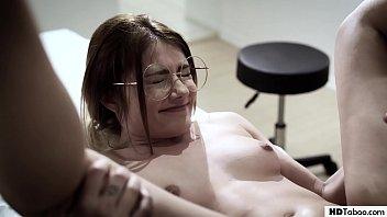 VIRGIN 18+ โป๊ครั้งแรกของสาวแว่นฝรั่ง ถูกควยขาวเปิดซิงซะเลือดหีติดออกมากับน้ำหล่อลื่น ตอนควยแหย่หีทั้งเจ็บหีทั้งเสียวหี เปิดบริสุทธิ์ตั้งแต่ยังวัยรุ่น