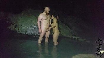 JIZZโป๊ออนไลน์ ฝรั่งเย็ดสาวเอเชียในถ้ำหลวง ขุนน้ำนางนอน ฝรั่งแก่ชวนเมียคนจีน แอบเข้าถ้ำมาเย็ดใต้น้ำ xxxx แก้ผ้าตั้งแต่เข้ามานั่งเย็ดกันชิวๆ น้ำแตกก็พากันกลับ